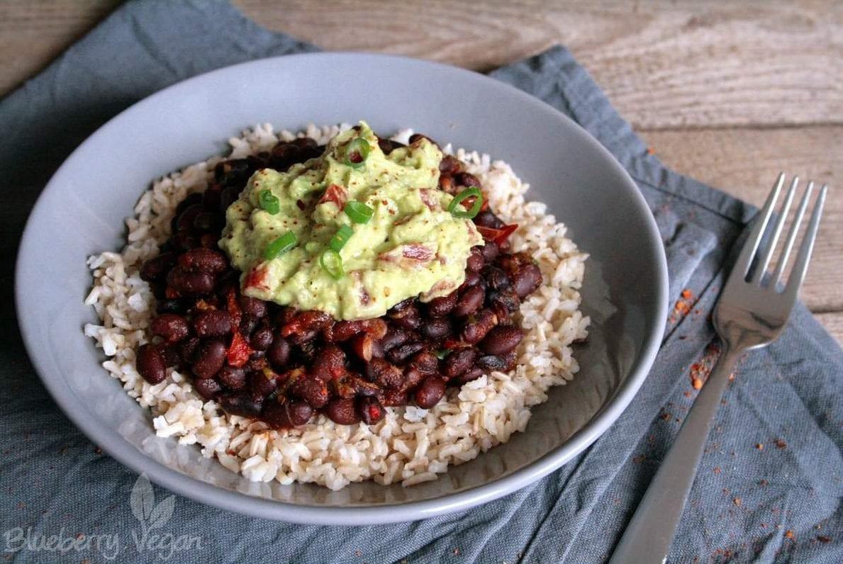 Burrito Bowl mit schwarzen Bohnen, Naturreis und Guacamole