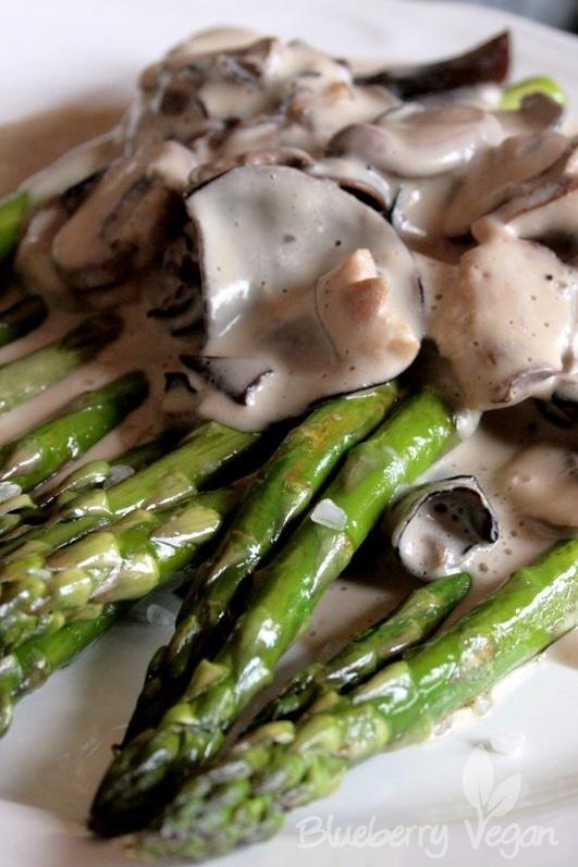 Gebratener Spargel mit Pilzen und veganer Käsesauce