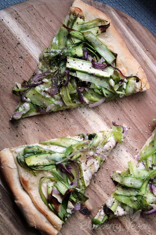 Spargelpizza mit Knoblauchcreme