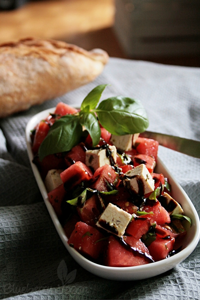 Salat mit Wassermelone, Basilikum und Tofu-Feta