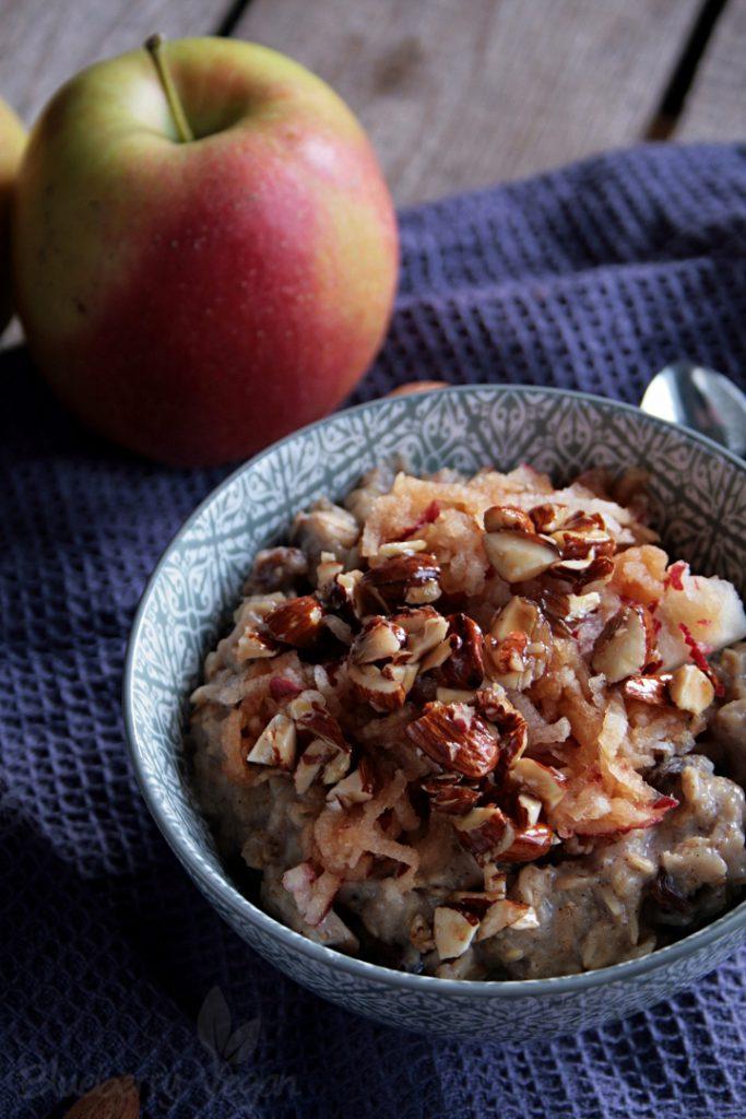 Wärmendes Apfelkuchen-Porridge mit glasierten Mandeln