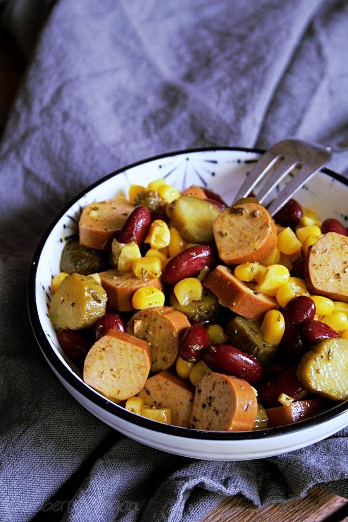 Veganer Würstchen-Bohnen-Salat