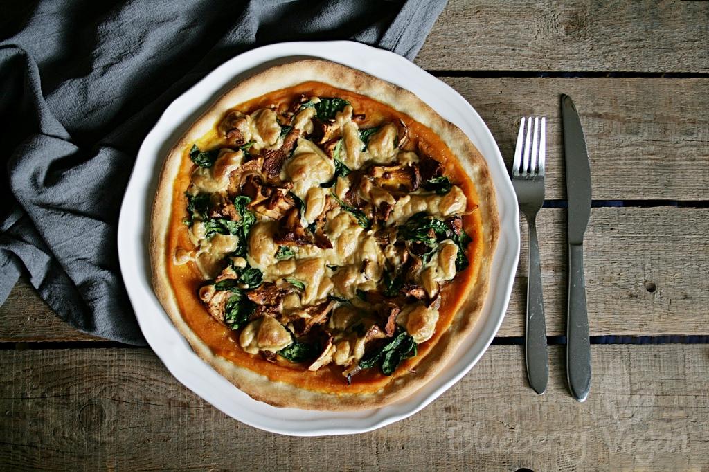 herbstliche k rbis pizza mit pfifferlingen und spinat blueberry vegan. Black Bedroom Furniture Sets. Home Design Ideas