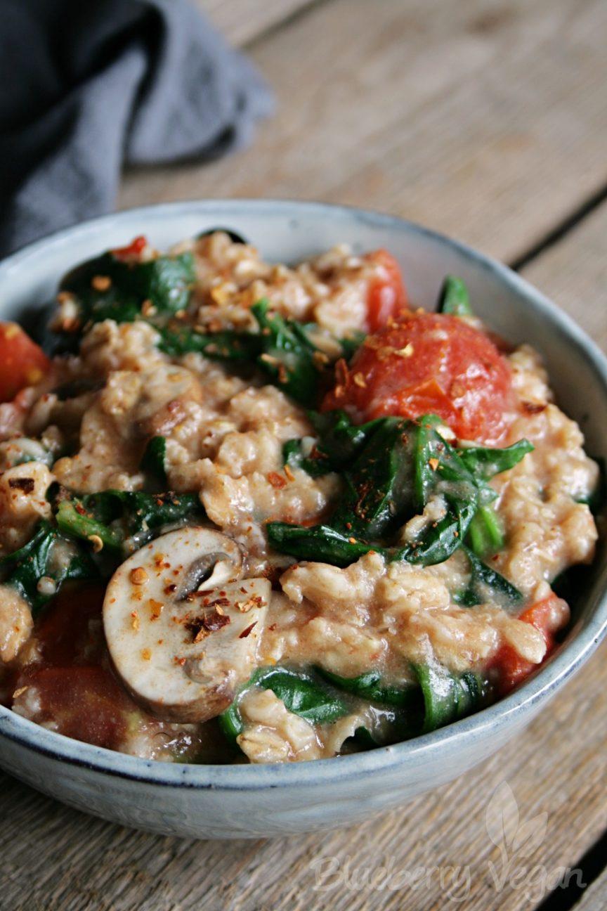 Herzhaftes Porridge mit Tomaten, Pilzen und Spinat