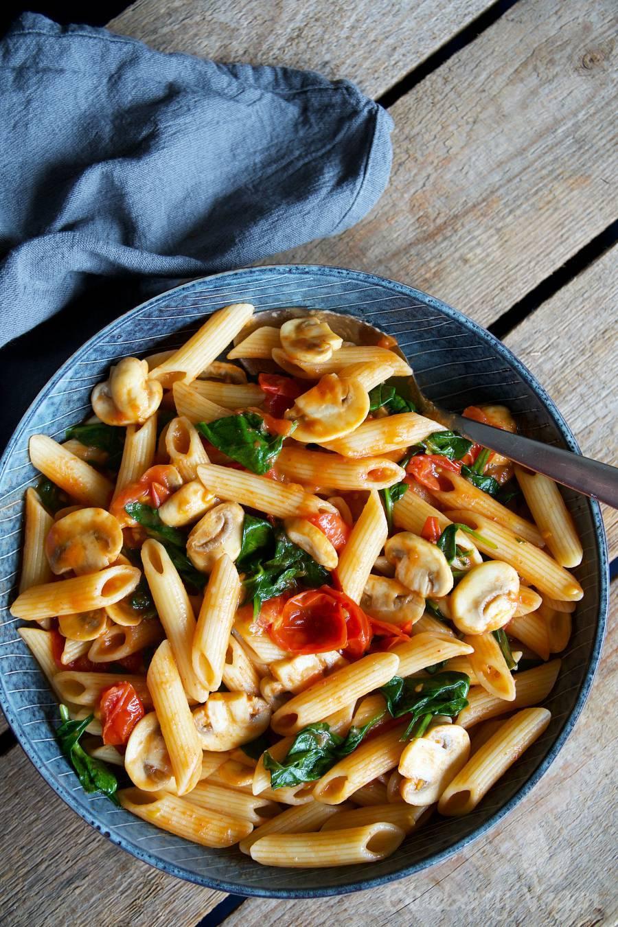 schnelle pasta mit tomaten pilzen und spinat blueberry vegan. Black Bedroom Furniture Sets. Home Design Ideas
