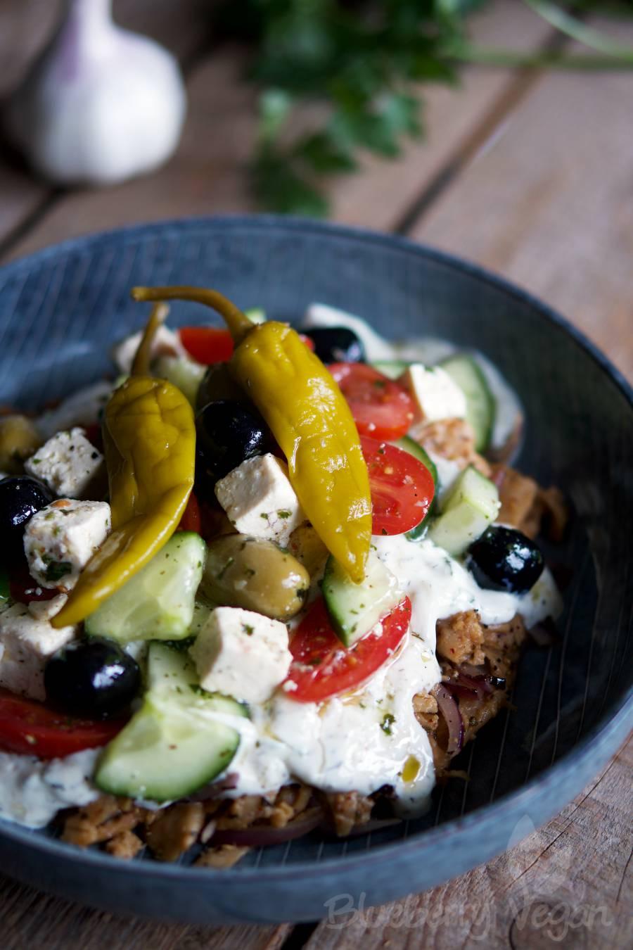 Seitan-Gyros mit Tzatziki, Salat und Tofu-Feta