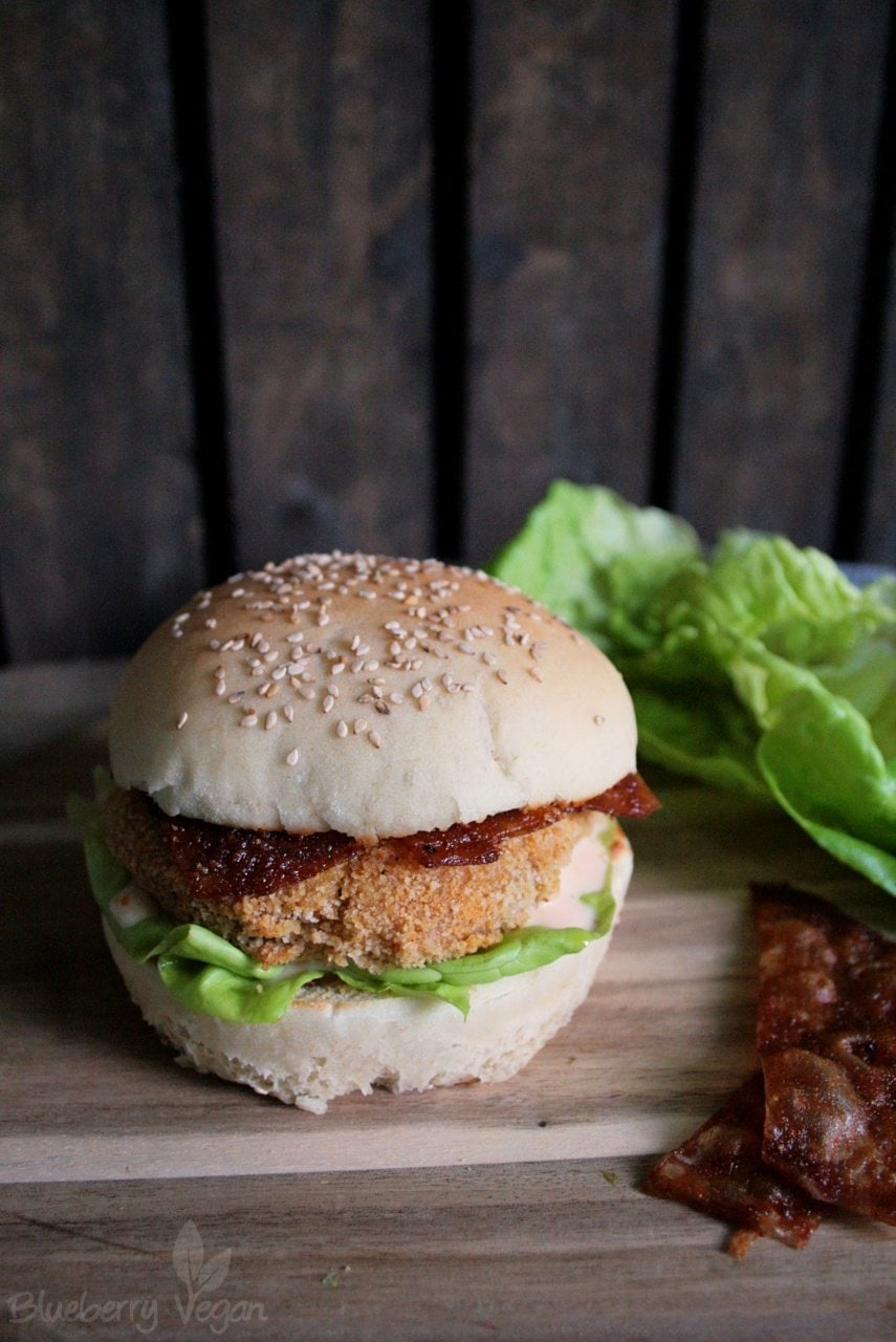Veganer Chicken Burger mit Reispapier-Bacon und Sriracha-Mayo