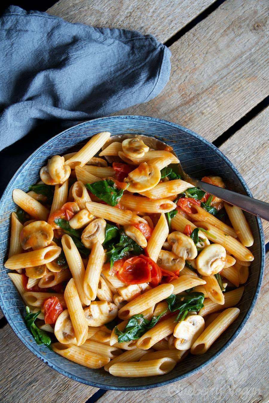 schnelle pasta mit tomaten pilzen und spinat blueberry. Black Bedroom Furniture Sets. Home Design Ideas