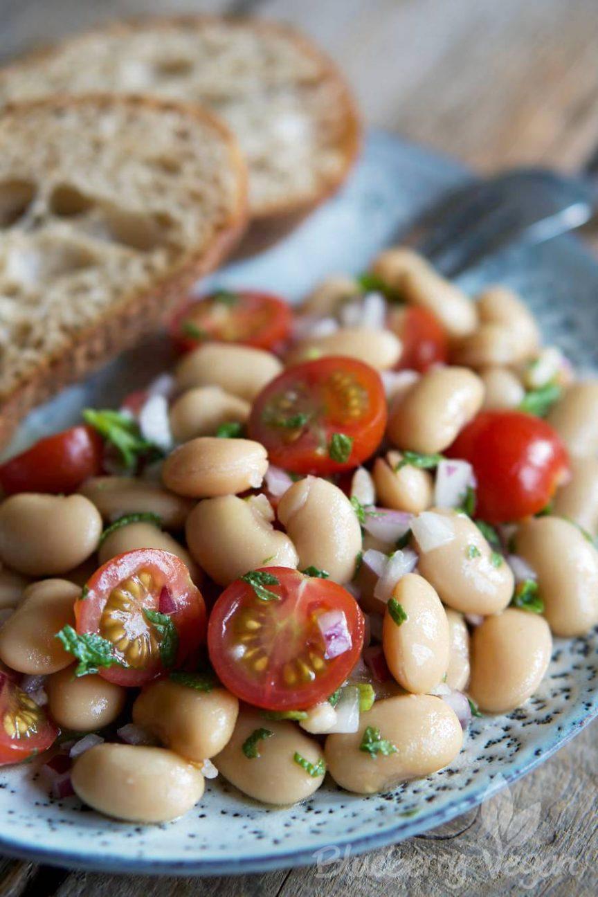 aromatischer wei e riesenbohnen salat mit tomaten und minze blueberry vegan. Black Bedroom Furniture Sets. Home Design Ideas