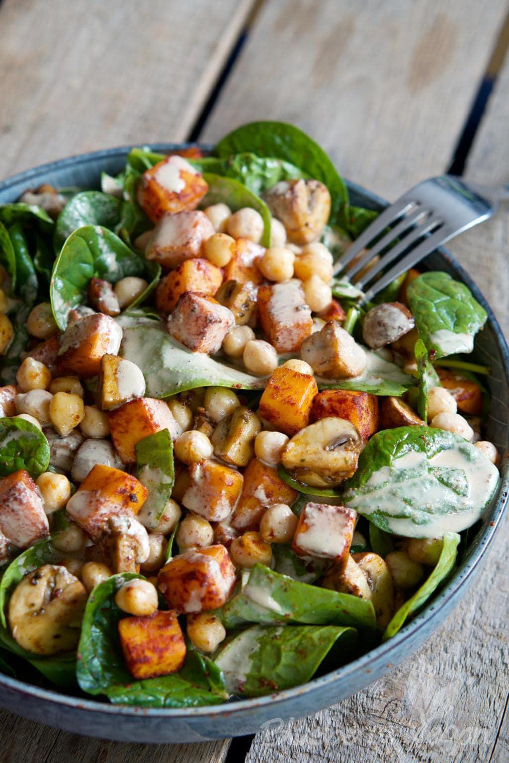 Warmer Spinatsalat mit gebackenem Kürbis, Balsamico-Pilzen, Kichererbsen und Tahindressing