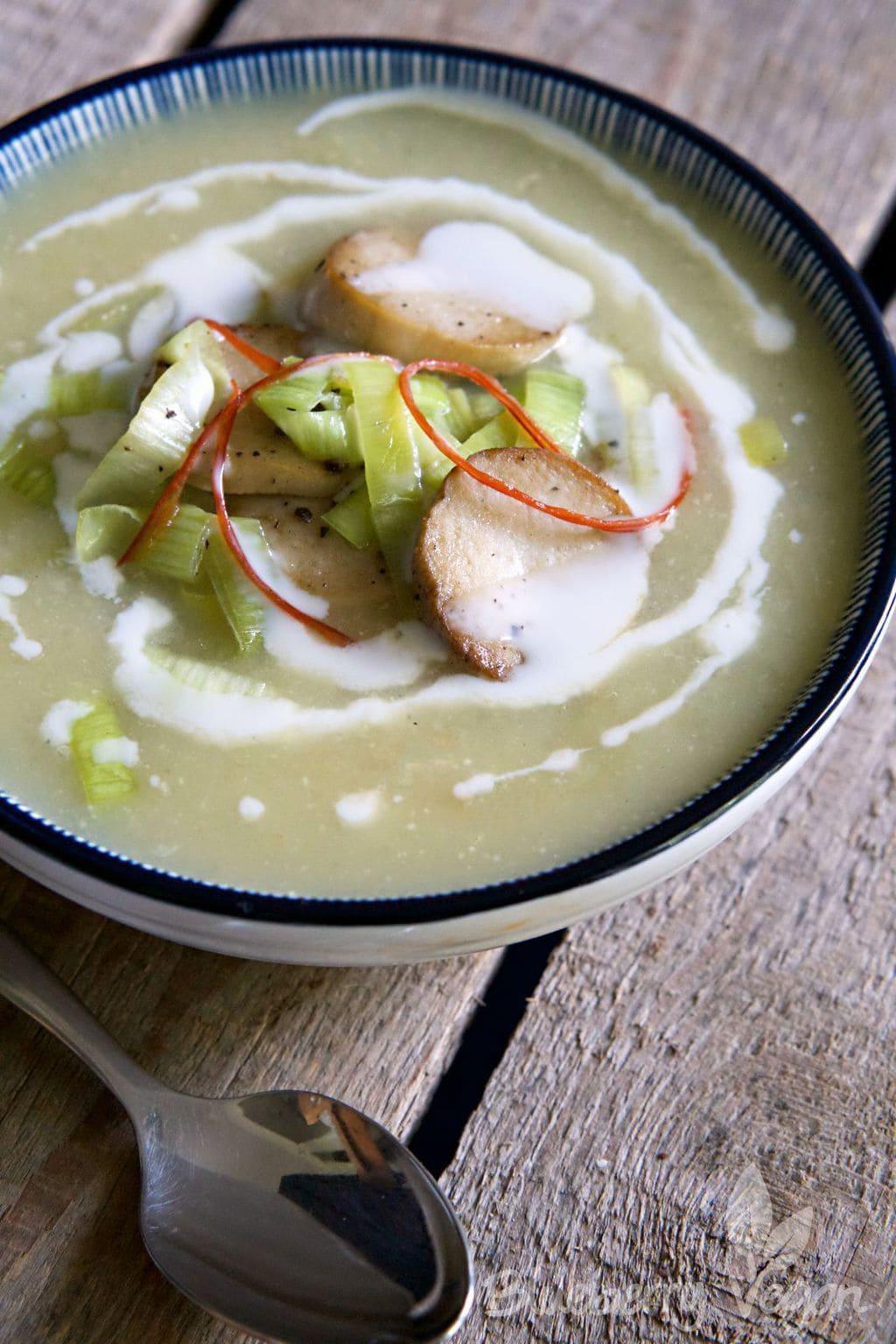 Cremige Kartoffel-Lauch-Suppe mit gebratenen Kräuterseitlingen