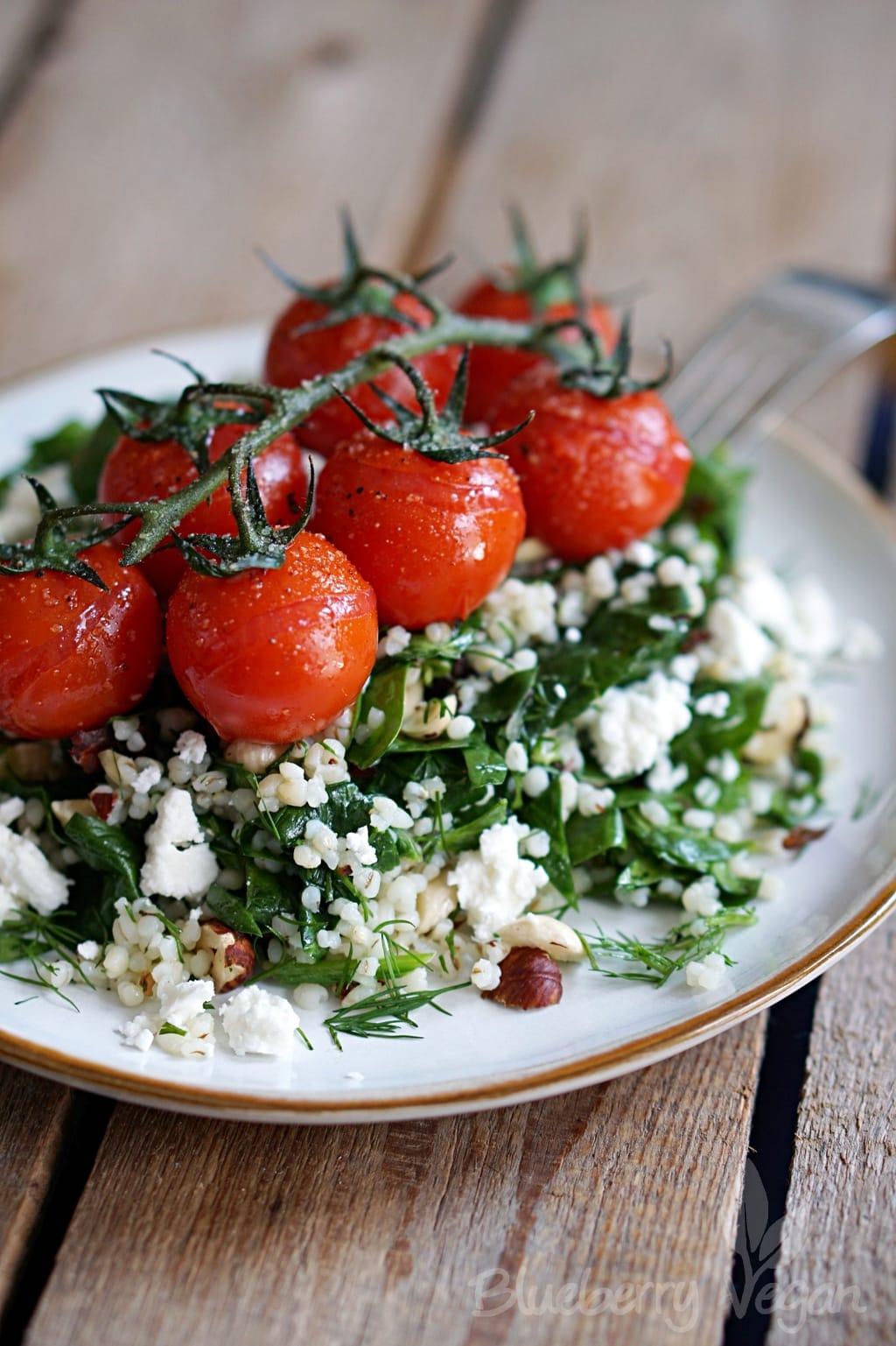 Frischer Graupensalat mit Spinat und geschmorten Tomaten
