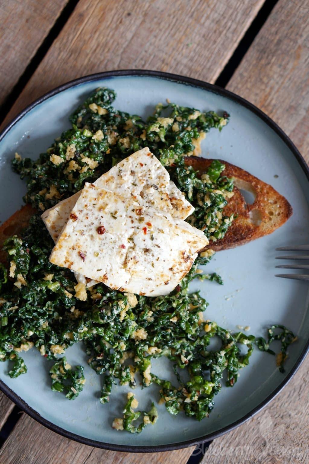 Würziger Schwarzkohlsalat mit gebratenem Tofu auf Sauerteigbrot